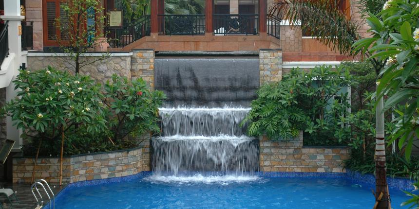 Come costruire una piscina a cascata