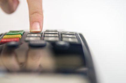 Sì alle sanzioni per chi non consentirà il pagamento con il bancomat, ma …