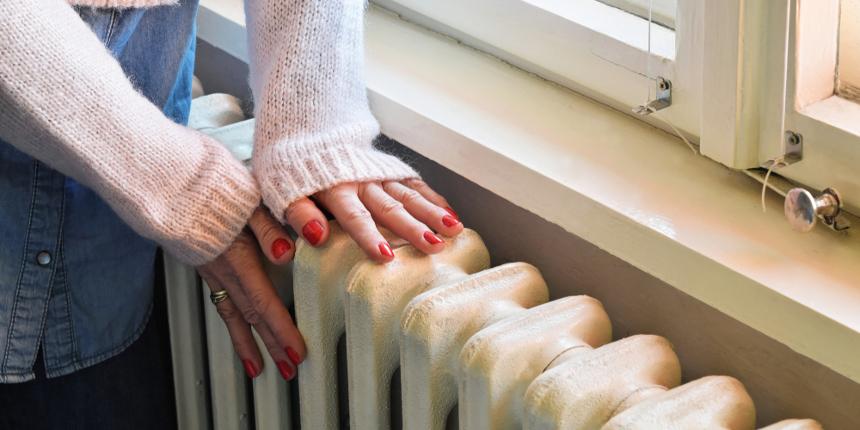 Installare pannelli riflettenti tra muro e termosifone