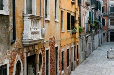 Questione di legittimità costituzionale sollevata sulla legge Regione Veneto che consente la deroga sulla distanze tra edifici