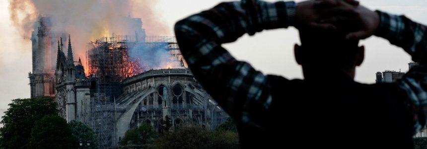 Parigi e il mondo sono in lacrime. Devastante incendio a Notre-Dame