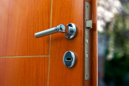 Come andare in vacanza più sereni installando delle porte blindate