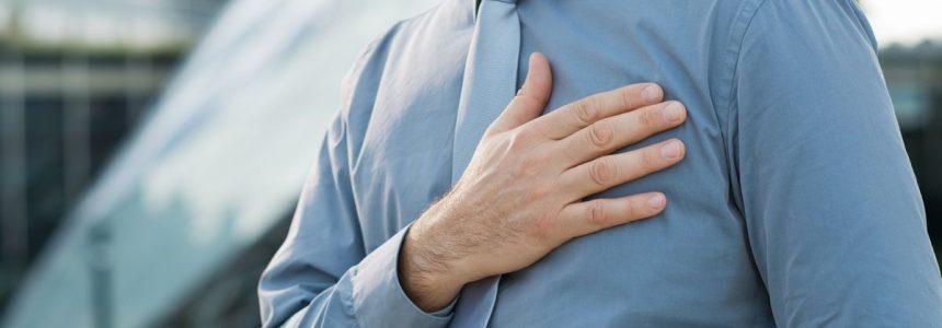 uomo-camicia-mano-cuore